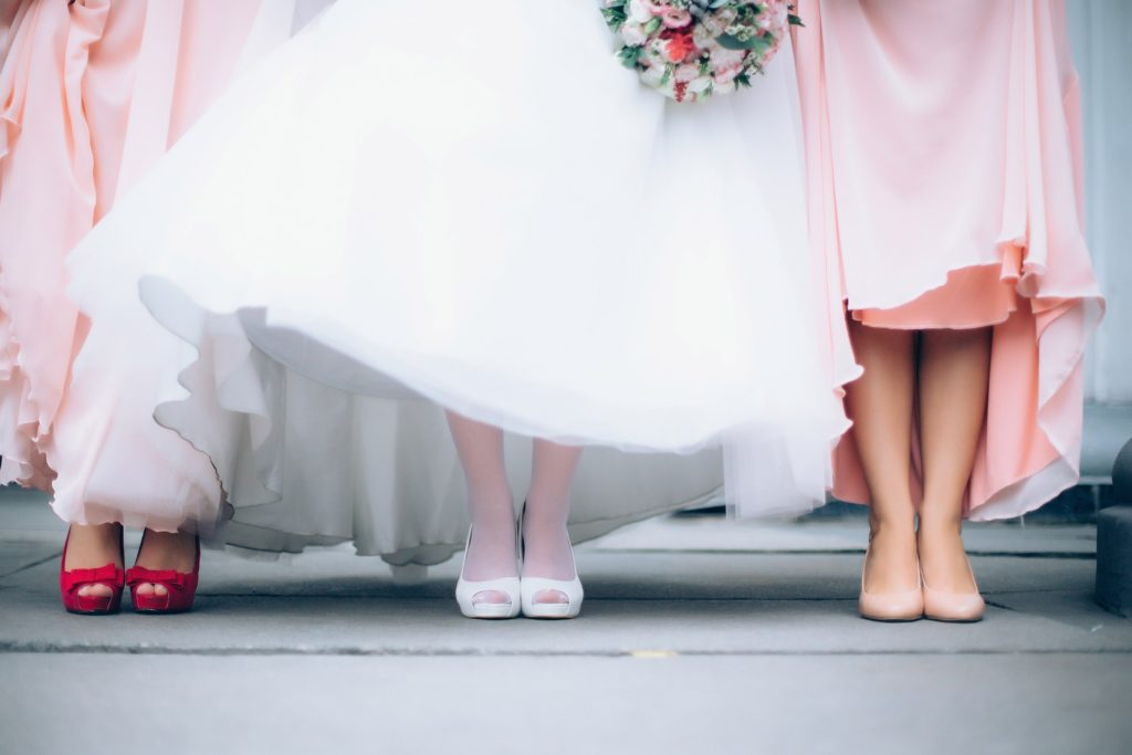 886014ef5bd8 Οι ανοιξιάτικοι γάμοι είναι η ιδανική ευκαιρία για να ξεφύγουμε από τις  καθημερινές «στολές» γραφείου και να δοκιμάσουμε πιο αέρινα